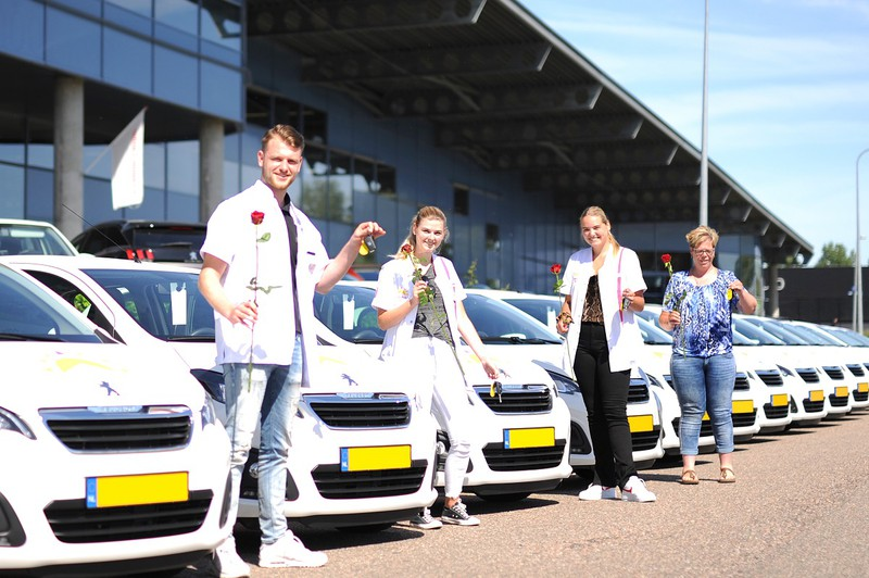 Medewerkers Zonnehuisgroep bij nieuwe auto's