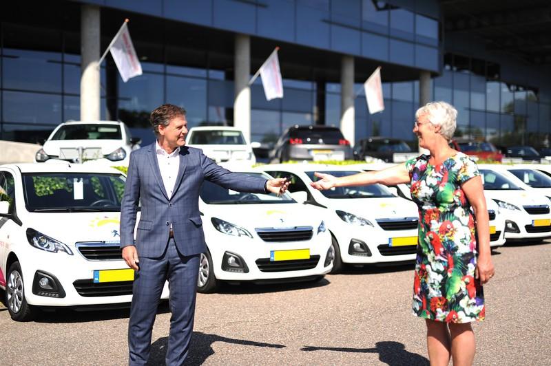 Commercieel directeur Peter Visser overhandigt de eerste sleutel